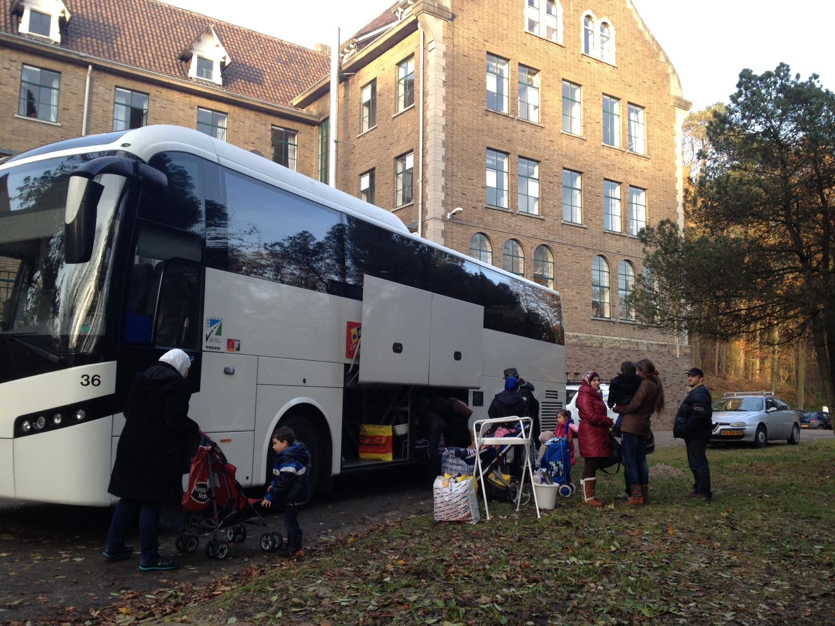 Asielzoekers aangekomen in Sweikhuizen - L1 Radio en TV